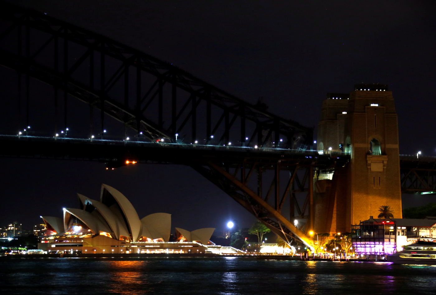 The Sydney Harbour Bridge and Opera House seen during the tenth anniversary of Earth Hour in Sydney, Australia, March 25, 2017.      REUTERS/David Gray