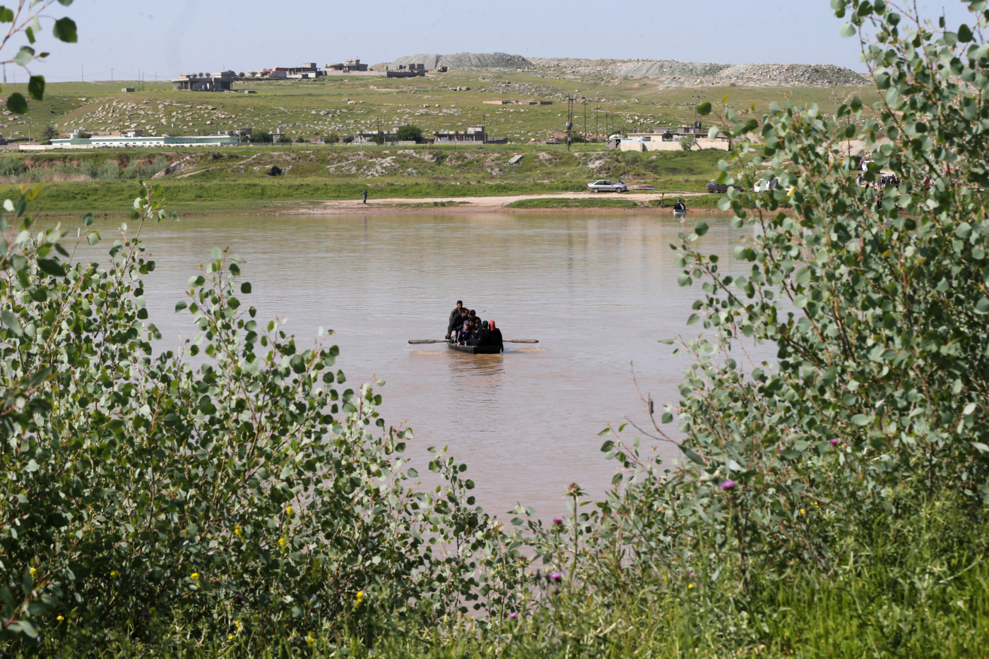 Displaced Iraqis from Mosul cross the Tigris by boat as flooding after days of rainfall has closed the city's bridges, at the village of Thibaniya, south of Mosul, Iraq April 16, 2017. REUTERS/Muhammad Hamed
